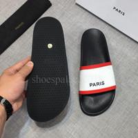 cuero blanco al por mayor-Blanco Negro París Diseñador de lujo Para mujer Para mujer Sandalias de verano Zapatillas de playa Zapatillas de chanclas para mujer Mocasines Zapatos de cuero de impresión Pantoufles