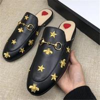 inek sandalet toptan satış-Klasik Tasarımcı Metal Tokalı Terlik Yumuşak Dana Loafer Lüks Deri Karikatür Yarım Terlik Moda Lüks Bayanlar Sandalet BEE Üzerinde Kayma