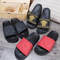 zapatillas de hombres para hombre al por mayor-Hot brand Men Beach Sandalias antideslizantes Scuffs Zapatillas Hombre negro blanco rojo Gold Beach Moda Sandalias de diseño sin cordones BEST QUALITY G7.6