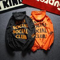diseñadores de ropa superior al por mayor-Primera marca Escudo Protector solar Ropa casual para hombre Chaquetas Hombres chaqueta con Tops impresa letra de la solapa de la capucha Negro rompevientos Streetwear