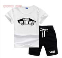 erkek çocuk giyim setleri toptan satış-VansLogo Lüks Tasarımcı Yürüyor Çocuk Boy Giyim Yaz Kısa Kollu% 94% Pamuklu Tişört Tops + Şort Pantolon Kıyafet Çocuk Giyim Seti 2-7 T