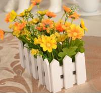 plantas de la cerca falsa al por mayor-1 juego Florero de valla de madera de 16 cm + flores Conjunto de flores artificiales de rosas y margaritas Flores de seda Decoración del jardín del hogar Planta falsa