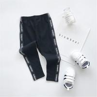 kız dar streç pantolon toptan satış-2019 Sonbahar Yeni Kız Pantolon Pantolon Çocuk Giyim Yan Mektup Şerit Streç Pamuk Kız Erkek Siyah Sıkı Oturan Pantolon
