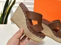 sandalias marrones de fondo grueso al por mayor-rojas negras zapatillas de color marrón de fondo grueso lujo de moda de las señoras de paja trenzando las sandalias de cuero reales slipsole 109