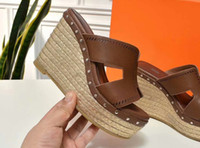 strohboden sandalen großhandel-rot schwarzbraune Hausschuhe für Damenmode Luxus dicken Boden Strohflechtung Echtleder Slipsole Sandalen 109