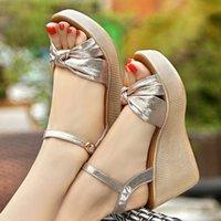 ingrosso scarpe con cinghie di piccole dimensioni-2019 nuovi sandali incunea tacco alto focaccina spessore oro fondo sandali casuali femminili piccola taglia 32, 33 ingrandita 42,43 donne pattini