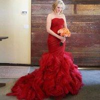 heiratkleid rot großhandel-Red Gothic Meerjungfrau Brautkleider Organza Rüschen Schatz Land Western Brautkleid Robe De Marriage 2019