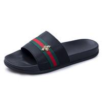 erkekler için burunlu ayakkabı toptan satış-Tasarımcı Erkek Sandal Yaz Arı Toka Elimden Terlik Erkekler Için Flip Flop 2019 Yaz Plaj Kauçuk Ayakkabı Erkek Yassı Sandalet Siyah beyaz Q-91