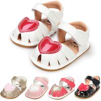 sandalia roja bebé al por mayor-sandalias para niños recién nacido infantil rojo amor corazón primavera y verano sandalias para bebés zapatos para niños pequeños suaves planas de diseño de lujo sandalias calzado