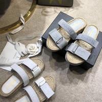 strohboden sandalen großhandel-Luxus Designer Damen Wohnungen Hausschuhe Rutschfeste Modemarke Sandalen Sommer Stroh Leder Boden Strand Kausal Schuhe Mit Originalverpackung