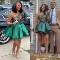 охотничьи зеленые платья выпускного вечера оптовых-Hunter Green Lace Homecoming Платья 2020 одно плечо с длинным рукавом короткие платья выпускного вечера плиссированные атласные коктейльное платье дешево