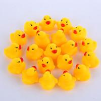 son de canard en caoutchouc achat en gros de-100pcs en gros bébé bain d'eau canard Mini jaune flottant canards en caoutchouc avec enfants son douche douche plage jouer jouet ensemble