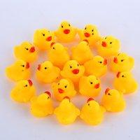 banyo oyuncakları ördekler toptan satış-Toptan 100 adet Bebek Banyo Su Ördek Mini Yüzen Sarı Kauçuk Ördekler ile Ses Çocuk Duş Yüzme Plaj Oynamak Oyuncak Set