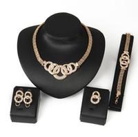 gelin setleri altın elmas taklidi toptan satış-Lüks Gelin Düğün Takı Seti Rhinestone 18 K Rose Gold Kaplama Bilezik Küpe Kolye Parmak Yüzük Seti Kadınlar Kristal Balo parti Takı