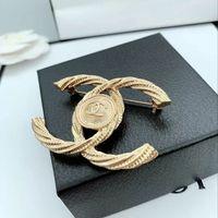 venda de joalharia de strass venda por atacado-Famoso Designer Broches Carta de Luxo Strass Broche Pin Famosa Marca Corsage Broches Mulheres Jóias Traje Decoração Venda Quente