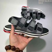 correr coreano al por mayor-Diseñador para hombre sandalias de la marca de moda coreana de lujo B Paris Summer Sandy Beach Zapatillas negro gris rojo para hombre Zapatillas de deporte natación jogging 39-44