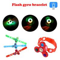 flash gyro venda por atacado-Faixa Luminosa de Pulso das crianças Manual de Rotação Macia Flash Gyro Bracelet LED Luzes Dos Desenhos Animados Brilham No Escuro Brinquedos para Crianças