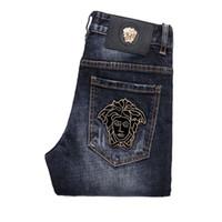 pies de blue jeans al por mayor-Pantalones vaqueros para hombre Pies delgados Medusa bordada pantalón de mezclilla azul claro masculino