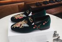 mocasines de vestir de cuero para hombres al por mayor-2019 nuevos zapatos de vestir de diseñador para hombre Cuero genuino Broches de metal Zapatos de boda Zapatos de hombre de moda clásica mocasines de gran tamaño
