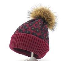 leopar topları toptan satış-4-12 yaşında çocuklar bebek Beanies kapaklar Leopard Ponpon tüy yumağı şapkalar erkek kız Örme şapkası Sahte kürk topu kış örgü çocuk Kış kulaklığı Cap