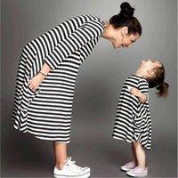 ingrosso bambina mamma abbinare i vestiti-Mamma e me famiglia corrispondenza madre figlia vestiti vestiti a righe mamma vestito bambini bambino outfits mamma grande sorella baby girl Y19051103
