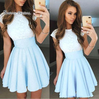 vestidos acanalados azul claro al por mayor-2019 Nuevo Light Sky Blue Lace Short Prom Dresses Satin Ruched Mini Homecoming Party Vestidos de cóctel por encargo