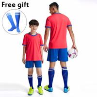 equipos de fútbol azul rojo al por mayor-Personalizar Uniformes de equipo de fútbol Hombres Niños Jersey de fútbol y kits cortos Rojo Azul Púrpura Blanco Amarillo Juegos de fútbol personalizados