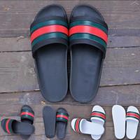 zapatillas negras planas al por mayor-2019 Moda de lujo para hombre Zapatillas de diseñador Hombres Verano Negro Blanco Caucho Playa Toboganes Pisos Scuffs Sandalias Zapatos de interior Tamaño 36-45 mocasines