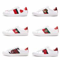 beyaz malzeme çiçekleri toptan satış-Erkek tasarımcı lüks ayakkabılar Rahat Ayakkabılar beyaz mens kadın sneakers gelişmiş malzeme Arı çiçek yılan kalp aşk yıldız Hakiki Deri Zapatos