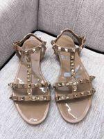 pisos de oro bling al por mayor-Nuevo Bling Gold Metallic remache sandalias de mujer de verano hebilla de correa plana mujeres playa jalea olor zapatos