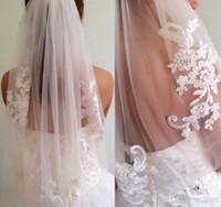 diamantes de marfim venda por atacado-Barato Em Estoque Curto Uma Camada de Comprimento Da Cintura Frisado Diamante Appliqued Branco Ou Marfim Véu De Noiva Véus De Noiva Com Pente