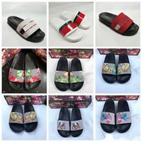 brocado blanco al por mayor-2019 Diseñador sandalias de goma Nuevo brocado floral Zapatillas de moda para hombre Rojo Blanco Pantalón de chanclas Chancletas Mujer Diapositivas Pisos casuales zapatilla