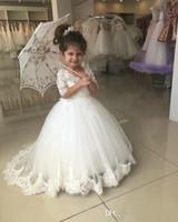 robes de baptême simples achat en gros de-En Gros Belle Blanc Communion Robes Tulle Dentelle Applique Décolleté En V Demi Manches Plissée Enfants Tenue de soirée
