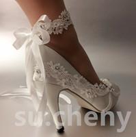 ingrosso le scarpe in pizzo bianco appoggiano il piede-3