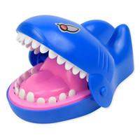 ücretsiz köpekbalığı oyuncakları toptan satış-Çocuklar Ücretsiz Kargo Çin tedarikçisi Yenilik köpekbalığı ısırığı emniyet koyu renk plastik şaka parmak oyunu oyuncak köpekbalığı ısırığı oyunu