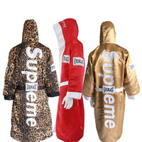 пинает одежду оптовых-Клон Золотые боксерские халаты для мужчин и женщин мягкий боксерский плащ удар сухой халат одежда униформа хорошего качества леопардовым принтом боксерский костюм медведя