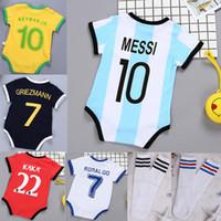 bebek kızı butik kıyafetler toptan satış-Bebek Futbol Formalar Romper Çocuk Futbol Çorap Kız erkek Giysileri pamuk dikiş Tulumlar Bebek Tulum çocuk Yürüyor Butik 0-3 BB051