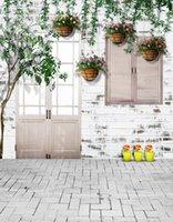 cenário de foto de vinil de tijolo venda por atacado-5x7FT Tijolos Casa Luz Solar Porta De Madeira Ramo Verde Vasos de Flores Custom Photo Backdrops Estúdio Fundos Vinil 150 cm x 220 cm