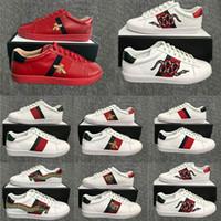 sapatos de cor sólida venda por atacado-2020 Luxo Shoes Triplo preto tênis branco para a mulher Homem Designer Flats Skate Casual Shoes Bee Cobra Stripe Estrela Luxe Vintage Dress Shoes