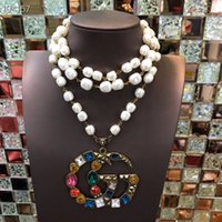 long perlé achat en gros de-Nouveau collier de perles de mode simples perles de couleur lettres creuses grand pendentif boutique accessoires pour femmes marée longue sauvage