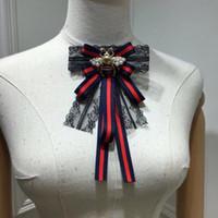 pajarita azul mujer al por mayor-Vintage Classic Copper Bee con perla blanca Swing Red Blue Strip tela encaje mariposa nudo pajarita broche para mujeres accesorios
