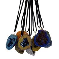 achat geode halskette großhandel-Natürlicher Edelstein Rohstein Schmuck unregelmäßigen Achat Geode Leder Seil Anhänger Halskette