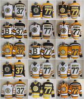 patrice bergeron schwarzes eis jersey großhandel-Herren 77 Ray Bourque Trikots Eishockey 37 Patrice Bergeron Boston Bruins Vintage Trikot CCM 75. Schwarz Weiß Gelb