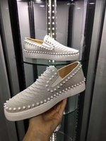 zapatos de precio de corte para hombre al por mayor-Precio barato Diseño Mens genuinos Spikes cuero Barcos inferiores rojos zapatos escotados para los hombres y las zapatillas de deporte de las mujeres del partido