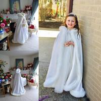 zemin uzunluğu kış pelerinin toptan satış-Yeni Kapşonlu Çiçek Kız Cape ucuz Custom İçin Düğün Cloaks Noel Beyaz Fildişi Faux Fur Kış Düğün Ceket Uzun Zemin Uzunluğu sarar