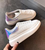 zapatos de ciclismo de cuero para hombre al por mayor-Classic Laser Rainbow Reflective Casual Shoes Designer White Black Leather Cycling Shoes Girl Mujeres Hombres Cómodos Mens Flat Sports Shoes