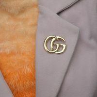 tasarımcı elbise parti kadınları toptan satış-Lüks Tasarımcı Erkek Kadın Pins Broşlar Altın Kaplama Mektubu Broş Pin Takım Elbise Pimleri için Parti için Arkadaşlar için Güzel Hediye AA22