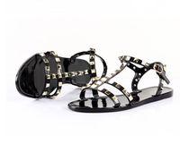çıplak sandaletler plajları toptan satış-2019 moda kadın sandalet düz jöle ayakkabı yay perçin çapraz sandalet damızlık plaj ayakkabı yaz perçinler terlik Tanga çıplak