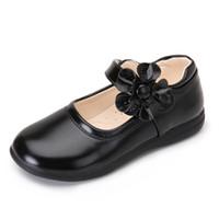 zapatos de vestir de princesa de chicas blancas al por mayor-Zapatos de verano para niñas Vestido de princesa Sheos Sandalias de cuero blanco Flores Moda Niños coreanos Zapatos planos negros Boda