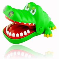 mordida en la boca al por mayor-Venta al por mayor-Novedad Crocodile Mouth Dentist Bite Finger Game Kids Alligator Roulette Game ¡Regalo divertido grande!